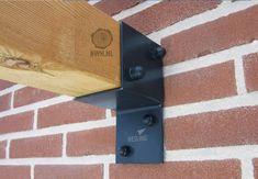 Met de hoogwaardige pergola muur element van het merk Nesling maak je snel een stevige verbinding tussen een muur en de ligger van uw pergola. De pergola kit muurelement is gemaakt van zwart gepoedercoat staal en is geschikt voor houten palen met een dikte tussen de 8,8 en 12 cm. Dit muur element is op Buitenwarenhuis te vinden onder artikelnummer: NZ8926