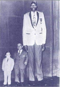 Gabriel Monjane The tallest man Mozambique Portugal Giant People, Tall People, Short People, Real Bigfoot, Nephilim Giants, Giant Skeleton, Human Oddities, The Family Stone, Call Of Cthulhu