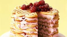 Waffeltorte mit Beeren-Frischkäsecreme - smarter - Kalorien: 387 Kcal - Zeit: 2 Std. | eatsmarter.de