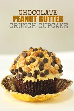 Peanut Butter Crunch Cupcakes #cupcakes #cupcakeideas #cupcakerecipes #food #yummy #sweet #delicious #cupcake