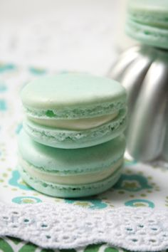 Perfect French Macarons in Pastel Mint with Milk Filling No Bake Desserts, Just Desserts, Dessert Recipes, Yummy Treats, Sweet Treats, Yummy Food, Pavlova, French Macaroons, Blue Macaroons