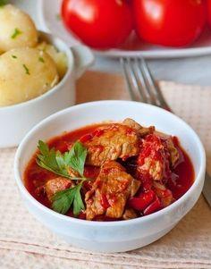 Еще больше рецептов здесь https://plus.google.com/116534260894270112373/posts  Свинина, тушенная со сладким перцем  Ингредиенты на 6 порций: - 800 г свинины (окорок или лопатка) - 2 средних луковицы - 3 крупных сладких перца (500 г в сумме в очищенном состоянии) - 800 г томатов в собственном соку - соль и молотый черный перец по вкусу  Приготовление: 1. Мясо нарезаем на небольшие кусочки. Лук нарезаем полукольцами, перец - соломкой. 2. В кастрюле с толстым дном на сильном огне разогреваем 2…
