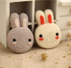 Couple lapin lapin broche, feutre laine animale, feutrage Kit matériel bricolage 2pc par TimesGarden sur Etsy https://www.etsy.com/fr/listing/240212165/couple-lapin-lapin-broche-feutre-laine