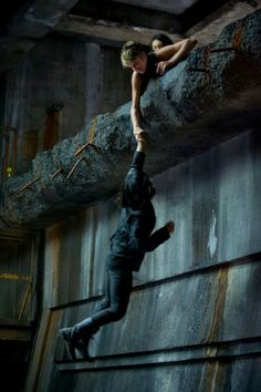 """New """"Insurgent"""" stills reveal Shailene Woodley's Tris saving Zoe Kravitz's Christina while training with other members of the Dauntless faction, while Beatrice's boyfriend Four, played by Theo James, is nowhere in sight. Divergent Fandom, Divergent Trilogy, Divergent Insurgent Allegiant, Tfios, Story Inspiration, Writing Inspiration, Character Inspiration, Veronica Roth, Tris E Quatro"""