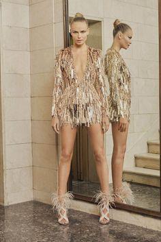 Guarda la sfilata di moda Atelier Versace a Parigi e scopri la collezione di abiti e accessori per la stagione Alta Moda Primavera Estate 2017.