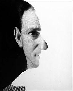 Erwin Blumenfeld -self portrait 1945. Diferente de alguns fotógrafos que descobrem seus dotes na adolescência ou na idade adulta, o alemão radicado nos Estados Unidos Erwin Blumenfeld começou a fotografar ainda criança, em Berlim. Nascido em 1897, mudou-se para Holanda em 1918, onde se envolveu com o movimento Dadaísta. Nesta época começou a dar seus primeiros passos significativos como fotógrafo e produziu uma série de colagens que incluia um deboche de Aldof Hitler.