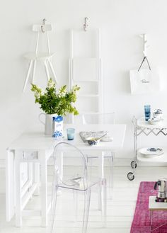 Pienen tilan sisustaminen sujuu, kun suosit keveitä monitoimikalusteita, hyödynnät huoneen korkeuden ja nappaat säilytystilaa, mistä sitä löytyy. / Small flat? Make the walls useful. Kuva/pic: Martti Järvi