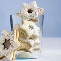 Nutellasterne. Schokoladenguetzli für Weihnachten: Teig vorbereiten und auswallen, Sterne ausstechen und backen, dann mit Nutella bestreichen und je zwei aufeinanderlegen.
