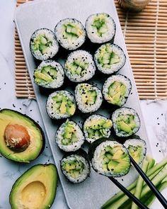 Sushi de aguacate y mango | HazteVeg.com Think Food, I Love Food, Good Food, Yummy Food, Vegan Sushi Rolls, Sushi Roll Recipes, Avocado Rolls Sushi, Avocado Sushi Recipe, Vegetarian Recipes