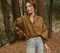 In 100% cotton poplin, the DOEN O'Keeffe Blouse is our tribute to Southwestern Americana icon Georgia O'Keeffe. This vintage-inspired take on a painter's blouse is all about the little details – long