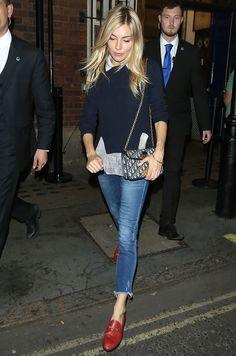 Сиенна Миллер с сумкой Christian Dior и в лоферах Gucci в Лондоне