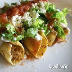 Los tacos dorados son un platillo mexicano que también puedes disfrutar como botana si los partes a la mitad. Acompáñalos con tu salsa favorita.