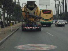 Camión de la empresa Unicon transita por carril prohibido