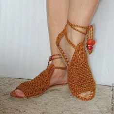 No pattern - good idea Crochet Sandals, Crochet Shoes, Crochet Slippers, Make Your Own Shoes, Tie Shoelaces, Crochet Stitches, Barefoot, Christian Louboutin, Espadrilles