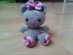 petit chat rose et gris en crochet (porte-clé)