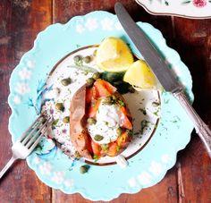 Eu sei que sou obcecada por batata doce. Também sei que adoro salmão. Mas quando uma receita junta na sua lista de ingredientes batata doce, salmão fumado e iogurte grego, é um encontro apoteótico, quase romântico, mais ou menos como juntar a Maria Leal e ...