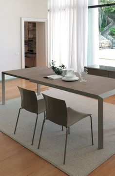 Izac by Bontempi is an extending table with metal frame. It is a great option for a contemporary dining room.