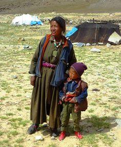 Tibet - Ladakh, Changtang plateau - Une mère nomade avec son fils ...