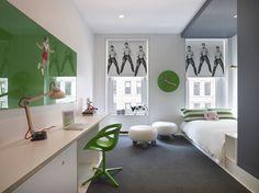 Проверьте дизайн Энди Уорхола , который был напечатан на окна хлопка оттенков. Там также стул дизайнера Хиромичи Конно и виниловой покрытая кушеткой. Нет счет был избавлен , когда дело доходит до смелости по всему дому - это просто комната для гостей.