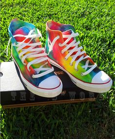 Tie Dye Converse You can do this on your own. Just take out the laces and cover the tip and edges of the shoe. Then you tye-dye Converse 2017, Tie Dye Converse, Cool Converse, Outfits With Converse, Converse All Star, Converse Shoes, Rainbow Converse, Colored Converse, Rainbow Shoes