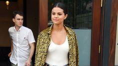 Selena Gomez' lässiger Streetstyle mit Goldjäckchen: einfach lässig!