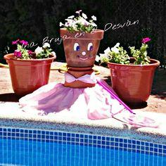 """DECORACIÓN DE JARDIN Hace ya algunos días que nació esta creación y hoy quiero compartirla con vosotr@s. Os presento a """"Mari Pili"""" mi socorrista particular ¿Habeis visto que morenita está ya? Maceta pintada a mano, vestido elaborado y diseñado por Montse El Desván Creativo de Brujita. #decoraciondejardines #decoracion #summer  #macetaspintadasamano #creative #artesanal #hechoamano"""