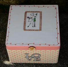 LOVE - drewniane pudełko na koperty i kartki ślubne. Malowane według upodobań Młodej Pary :)  Do kupienia w ślubnym sklepie Madame Allure.  #pudełkonakoperty