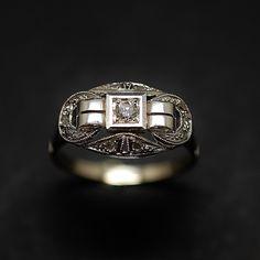 à vendre : 580€ Bague en or gris 18 Cts et Platine vers 1930 sertie de diamants taille ancienne et roses soit 0,15 Cts  poids brut de la bague : 2.70 Grs  dimensions de la tête de bague : 16 mm x 10 mm  taille de doigt : 54  Vendu avec Facture et Mise à taille offerte