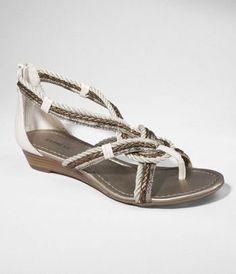 Slight heel and looks like it will flatter even flat feet.