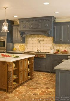#Kitchen of the Day: Traditional two-tone kitchens. (By Crown Point Cabinetry)