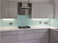 Made to measure coloured glass splashbacks for kitchens and bathrooms. Splashbacks can be made to match your wall colour or compliment your kitchen American Kitchen Design, Modern Kitchen Design, Kitchen Designs, Kitchen Ideas, Kitchen Planning, Living Room Decor Grey And White, Kitchen Splashback Tiles, Splashback Ideas, Cashmere Kitchen