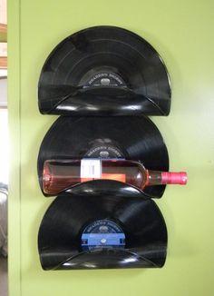 Botellero de pared hecho con discos de vinilo