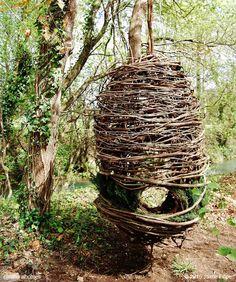 Este capullo, suspendido de un árbol en un bosque de Arcozelo, en el norte de Portugal, fue parte del festival Art Nature Fest que se celebró en marzo de 2013. Más en www.naturalhomes.org/es/homes/jaimefilipe-nest.htm