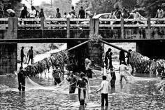 Reisfotografie straatfotografie visser zwart-wit Udaipur India. Foto door Marijke Krekels fotografie