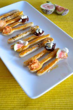 Lepels ( vorm bij dille en kamille) van deeg maken, bakken en dan als amuse serveren met iets lekkers erop!