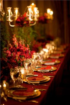 I love this red themed Christmas tablescape. Such a long table. Elegant Christmas, Noel Christmas, Beautiful Christmas, All Things Christmas, Christmas Wedding, Modern Christmas, Scandinavian Christmas, Black Christmas, Christmas Ribbon