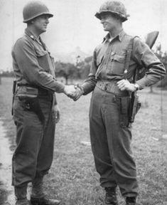 Le lieutenant-colonel Rudder, félicite le lieutenant George Kerchner du 2nd battaillon vétéran de l'assaut de la Pointe-du-Hoc, décoré de la Distinguished Service Cross. (warhistoryonline)