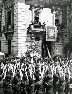 Francisco Franco en el palacio Yanduri (PuertaJerez) saluda a un nutrido grupo de mujeres de la JONS.