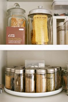 Mantenha frascos de especiarias em um suporte que agrupe todos eles - Imagem: Benita Larsson