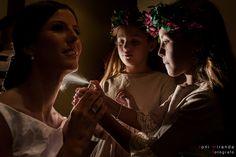 Preparativos de la novia con sobrinas mientras le aplican perfume