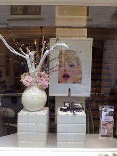 Simple elegant windowdisplay at beautysalon designed by Rich Art Design.