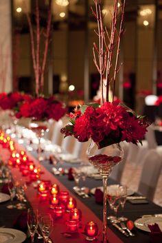 結婚式場写真「赤い装花にバラの形のナプキンをつけたテーブルコーディネート」 【みんなのウェディング】