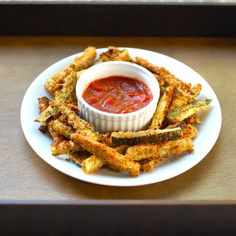 These baked zucchini fries only take 5 ingredients to make! Perfect for dipping in marinara sauce as a healthy snack. Zucchini Pommes, Bake Zucchini, Zucchini Fries, Breaded Zucchini, Zucchini Breakfast, Zucchini Sticks, Healthy Snacks, Healthy Eating, Healthy Recipes