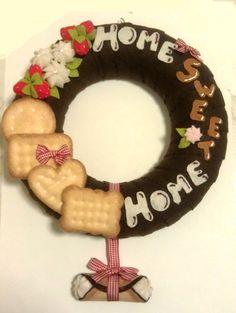 ghirlanda decorata di biscotti di pannolenci