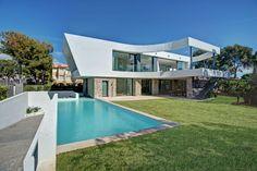 Ferienhaus zwei Stockwerke Rasenfläche Pool Terrasse Sonnenschutz