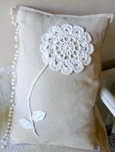 crochet flower onto linen cushion, pattern from yvestowncom Crochet Cushions, Sewing Pillows, Crochet Pillow, Diy Pillows, Throw Pillows, Crochet Motifs, Crochet Doilies, Crochet Flowers, Decor Pillows