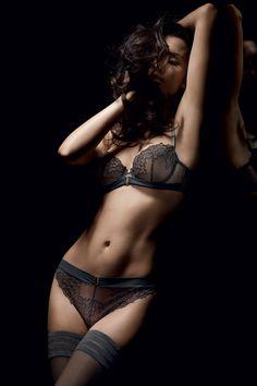 Givre de la marque de lingerie @marqueimplicite, les festons délicats sont revisités par les détails drapés et la brillance des bijoux argentés. Des nuages de broderie caressent le corps et offrent une séduction intemporelle, soft mais toujours sexy ! http://www.dessus-dessous.fr/marques/implicite/givre-ombre-gris.html