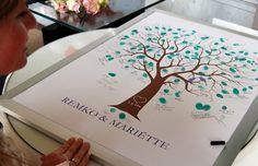Gastenboek boom voor bruiloft met vingerafdrukken