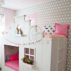 Behang in mintgroen is de ideale basis voor een meisjeskamer. Combineer met roze, grijs of wit voor een prachtig plaatje. Uit voorraad leverbaar.
