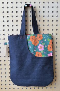 Cute & Easy Tote Bag Pattern with a Pocket Easy Tote Bag Sewing Pattern-This is the cutest bag and it's easy to make! You can carry all your things to church, work or school with this large and roomy tote bag that's easy to sew! Fabric Tote Bags, Denim Tote Bags, Reusable Tote Bags, Quilted Handbags, Quilted Bag, Purses And Handbags, Tote Bag Organizer, Bag Organization, Denim Bag Patterns